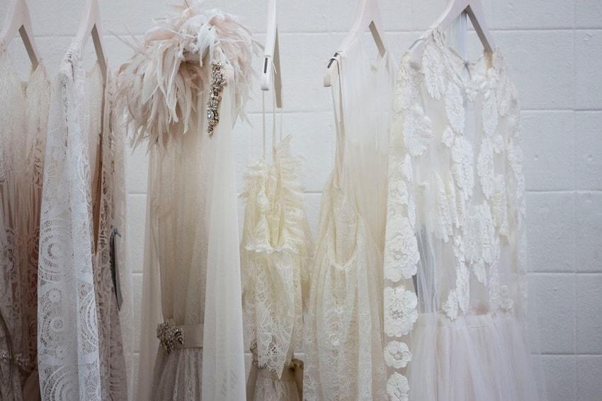 Camicie bianche, glitter, piume e pailettes da mettere in valigia per una vacanza sulle nevi a Cortina charisse-kenion-229492 (1)