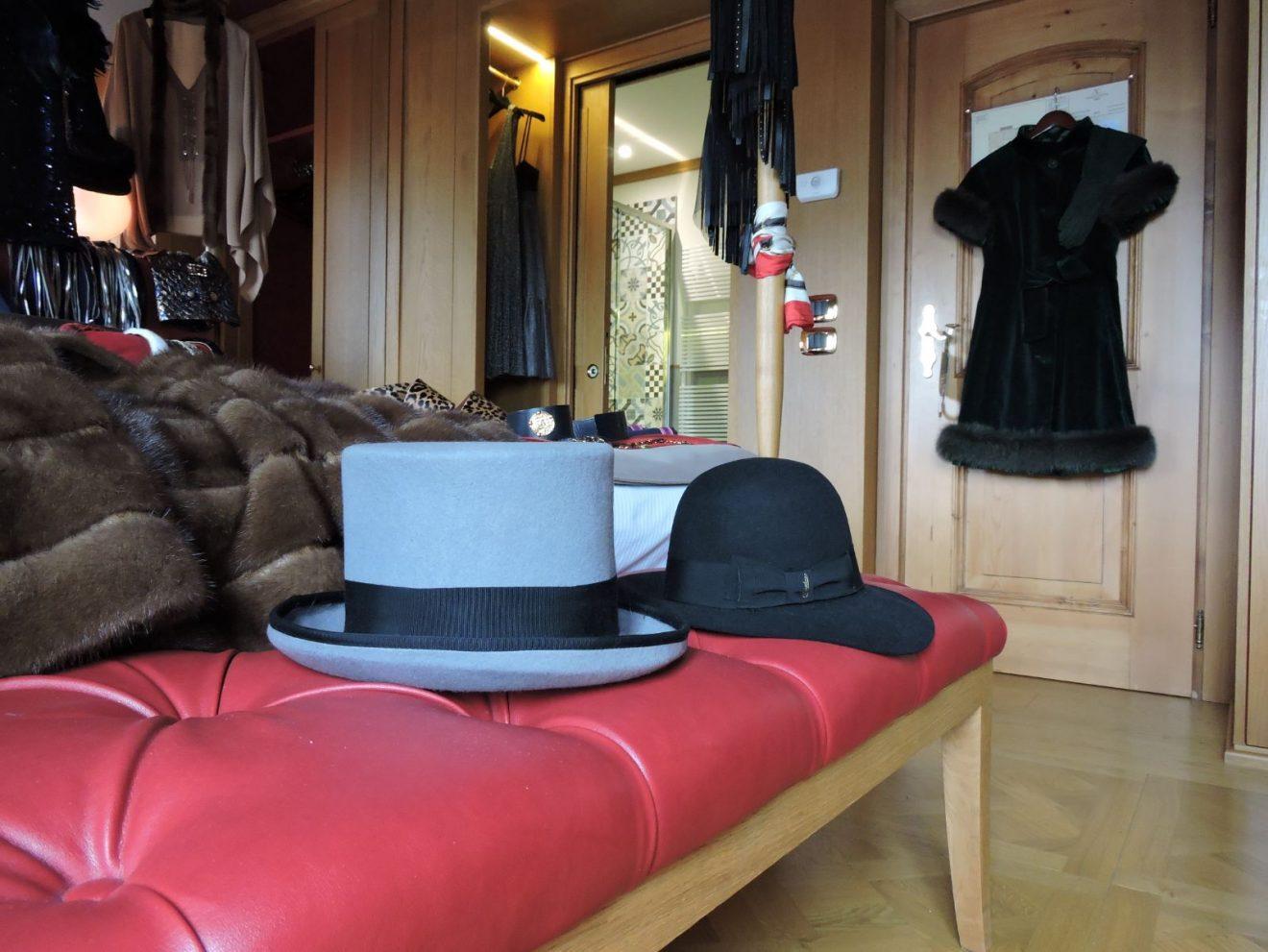 Abiti, cappelli e tessuti pregiati nella suite dell'Hotel Ambra a Cortina