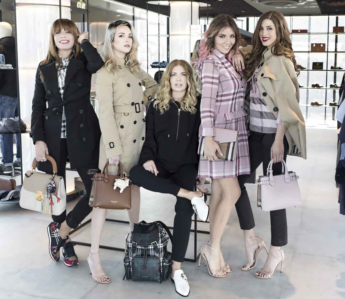 The 5 fashion bloggers posing for a fashion shoot