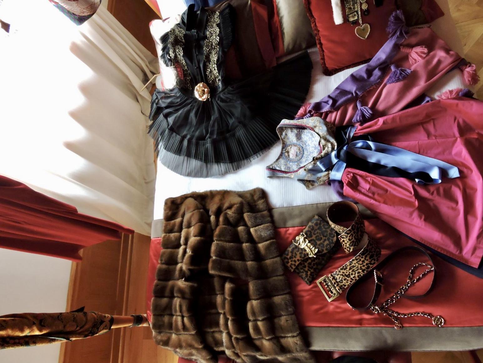 LA suite Mirandolina con abiti e cappelli per le fashion blogger