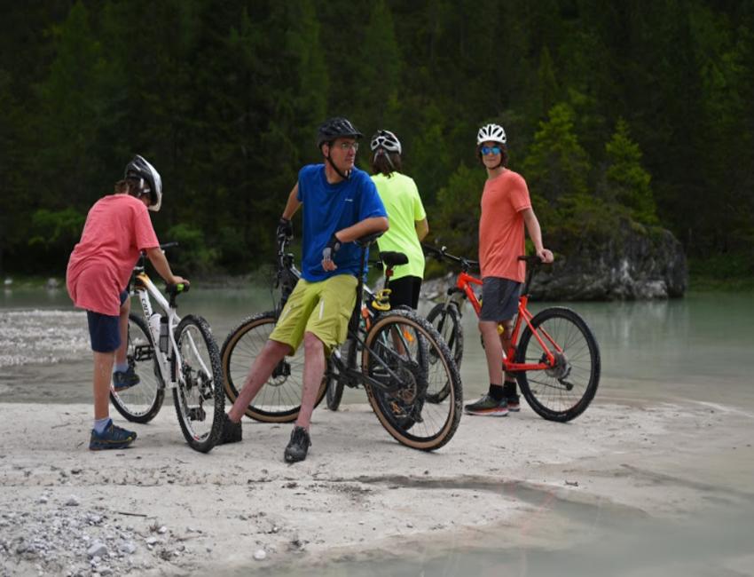 In bicicletta elettrica sulle Dolomiti