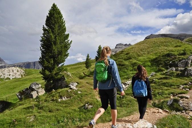 Sentieri attraverso pascoli e boschi attorno a Cortina