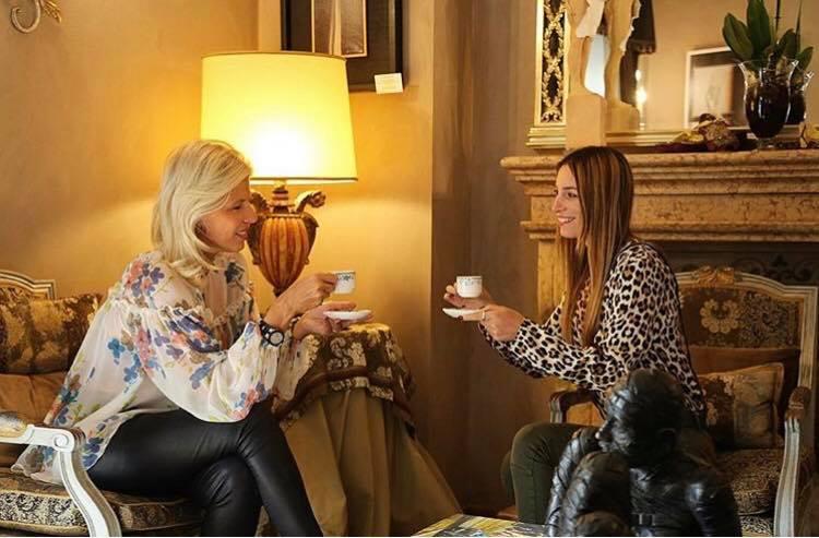 Prendere un tè o un caffè e fare due chiacchiere a fine giornata