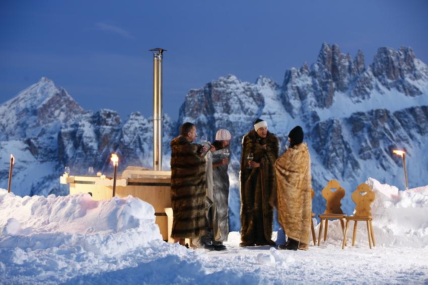 San Valentino immersi nell'acqua calda con vista sulle Dolomiti