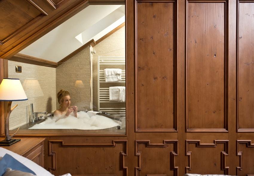 Un lungo bagno nella jacuzzi delle suite dell'Ambra Cortina