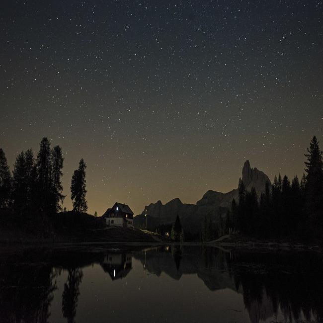 Il Rifugio Croda da Lago sotto le stelle sulle Dolomiti