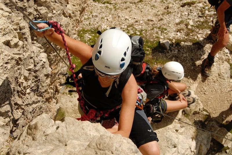 Arrampicarsi a Cortina sulle Dolomiti durate la Delicious Climbing