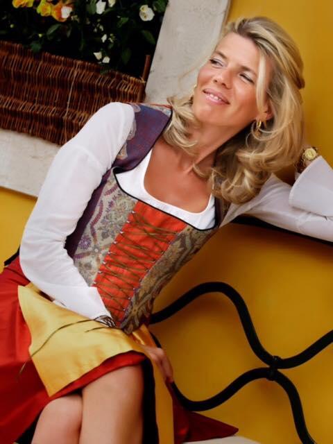 Elisabetta Dotto in costume ampezzano per Hotel Ambra Cortina